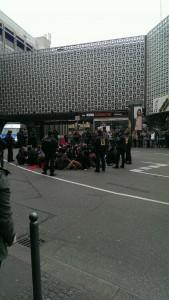Kessel und Blockade vorm Tagblattturm. Von @DankeOlga