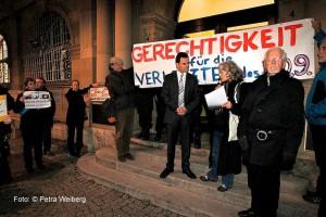 6_-Ansprache-vor-dem-Justizministerium-mit-Referent-Ganninger_1600x1067