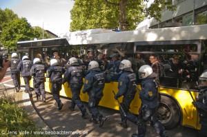 Öffentlicher Bus und Polizeischutz für Rassisten