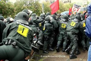 Übereifrige Polizisten am Ende der Demonstration auf dem Erwin-Schöttle-Platz