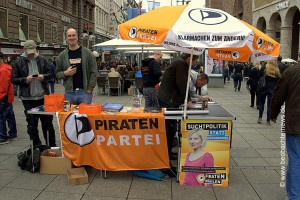 Christian Brugger-Burg (2. von links) am Infostand der Piratenpartei