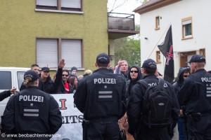 Ein Neonazi zeigt den Hitlergruß