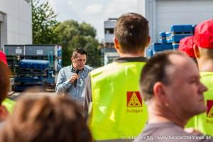 Betriebsratsvorsitzender Buzuk spricht zu seinen Kollegen