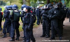 Polizei bei der Suche von AntifaschistInnen