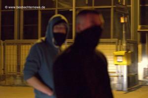 Vermummte Neonazis in den nächtlichen Straßen von Uhingen