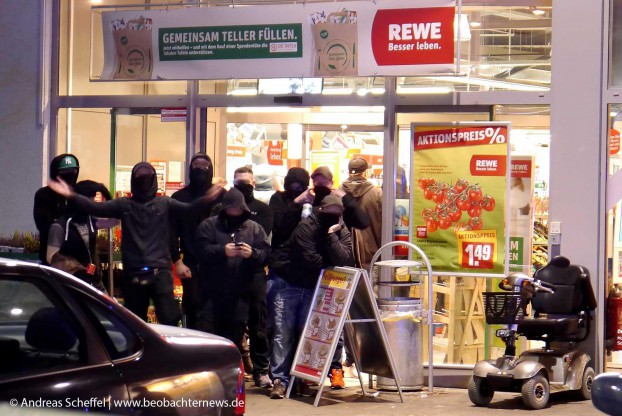 Neonazis flüchteten unter Polizeischutz in den REWE-Markt