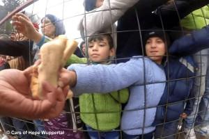 Flüchtlingskinder werden mit Essen versorgt