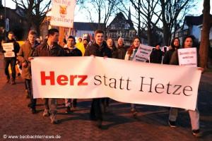 Herz statt Herze - Ankunft des Demonstrationszuges am Bürgerhaus