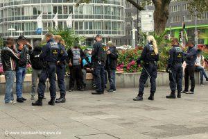 Polizei kontrolliert Migranten vor der Demonstration